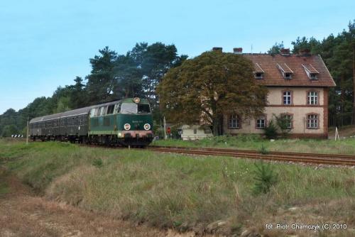 Fotostop między Stobnem a Piła z charakterystycznym domkiem, jakich mnóstwo przy niemal całym Ostbahnie. #kolej #SU45 #Piła #Ujście #pociąg