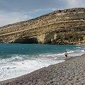 plaża nad zatoką Messaras i skała, klif z grotami rzymskimi, w latach 60-tych zamieszkiwali tam hipisi z calego świata #Matala #Kreta #groty #katakumby #morze #hipisi #plaża #słońce