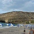 plaża nad zatoką Messaras i skała z grotami, katakumbami rzymskimi, w latach 60-tych zamieszkiwali tam hipisi z całego świata #Matala #Kreta #groty #katakumby #morze #hipisi #plaża #słońce