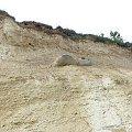 Wystający głaz czeka na osunięcie się przy dalszym podmywaniu. #klif #wyspa