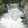 Austria, potok Dorfer w Hinterbichl. Widoczne koło można ustawić tak, że może być poruszane wodą. #Austria #Virgental #potok