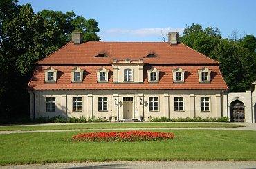 Oficyny są z końca XVIII wieku, murowane, parterowe.