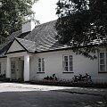#arcitektura #zabytki #budynek #ogród #domek #biały #dach