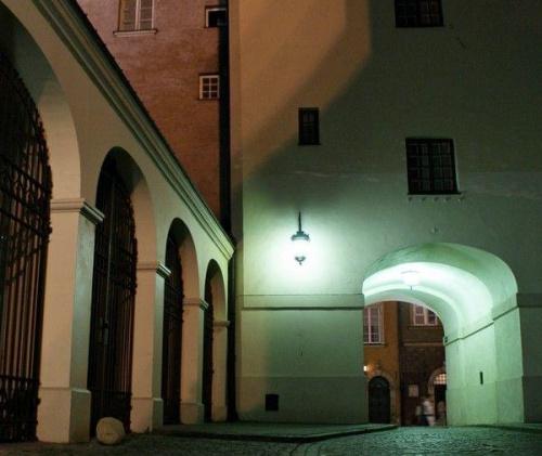 #architektura #zabytki #noc #światła #światło #ulice #uliczka #filar