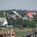 Dzieńdobry :-) Dzisiaj witam Was widokiem na mój dom zriobionym na max 20x zoomie ponad 500m od domku po drugiej stronie wsi. Ten centralnie pośrodku z brązowym dachem i jaskółką to mój ;-) #domy #budynki #domki #wieś #zabudowa #urbanizacja